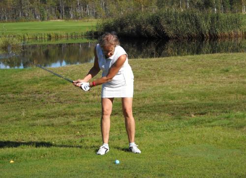 margot-spelar-in-i-vacker-golfbanemiljo